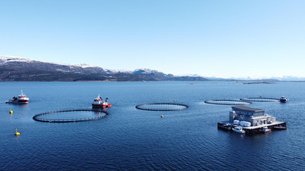 Ny betongflåte på plass ved Grunsøya april 2021 (foto Marius Strømmen) - E. Karstensen Fiskeoppdrett - www.karstensen.no